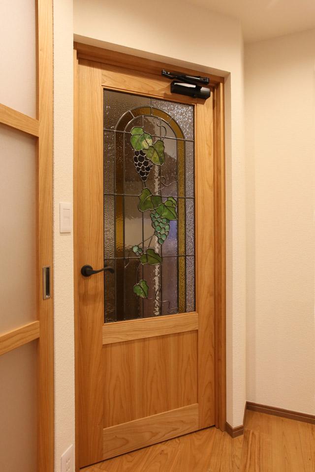 デステンドグラスを使用した造作ドア