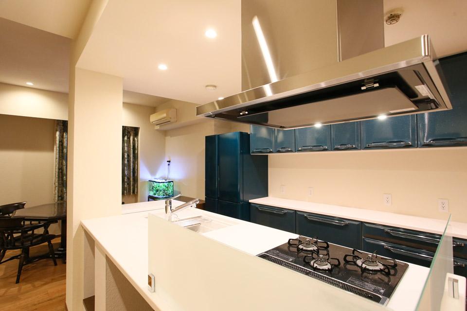 青い面材が似合うキッチン