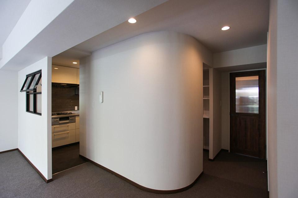 Rの壁をつくり空間に豊かさを
