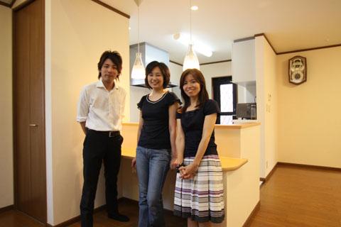 2×4ツーバーフォー住宅のリフォームをしたお客様と記念撮影