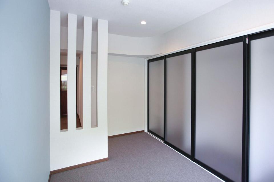 デザインされた壁で室内に明かりを入れる