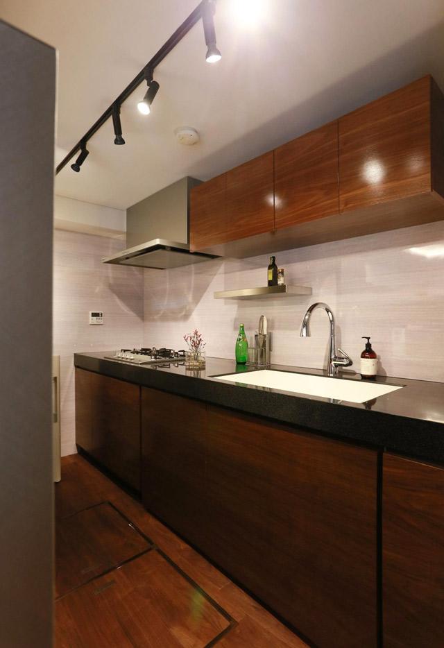 人工大理石の天板とウォールナットの造作キッチン