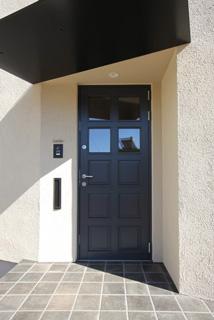北欧住宅のデンマーク製の木製玄関ドア
