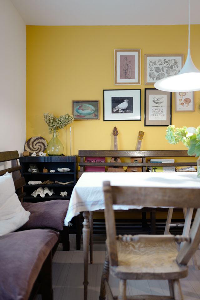 黄色の壁紙がお部屋のアクセントに
