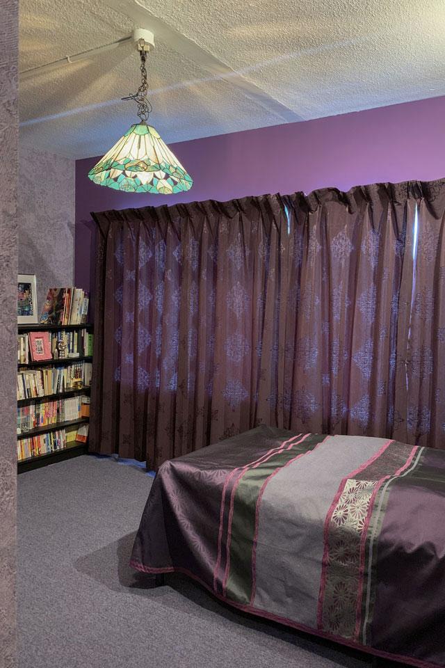 紫色を基調としたベッドルーム